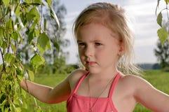 Het meisje onderzoekt de afstand Royalty-vrije Stock Afbeeldingen