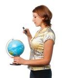 Het meisje onderzoekt de bol door meer magnifier stock foto