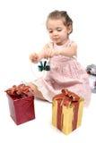 Het meisje ongeveer om haar Kerstmis te openen stelt voor royalty-vrije stock afbeeldingen