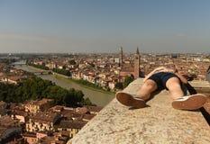 Het meisje ontspant dichtbij het panorama van Castel San Pietro en van Verona met Adige royalty-vrije stock foto