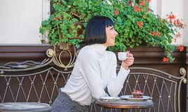 Het meisje ontspant koffie met koffie en dessert Geniet het vrouwen aantrekkelijke elegante brunette van gastronomische het terra stock foto