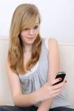 Het meisje ontvangt sms Royalty-vrije Stock Afbeeldingen