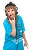 Het meisje in oortelefoon toont taal royalty-vrije stock foto's