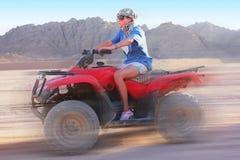 Het meisje op ATV gaat met hoge snelheid Stock Foto's