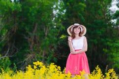Het meisje op de aard Royalty-vrije Stock Foto's