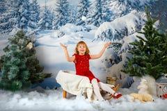 Het meisje op de achtergrond van het de winterbos stock afbeeldingen