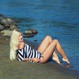 Het meisje op de kust Stock Fotografie