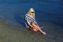 Het meisje op de kust Stock Afbeeldingen