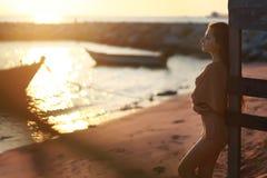 Het meisje op de kust Stock Foto