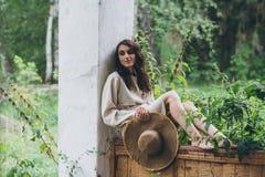 Het meisje op de portiek van het oude huis stock fotografie