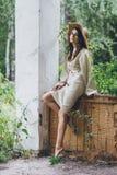 Het meisje op de portiek van het oude huis stock afbeelding