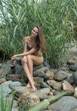 Het meisje op de rotsen stock afbeeldingen
