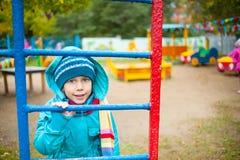 Het meisje op de speelplaats stock fotografie
