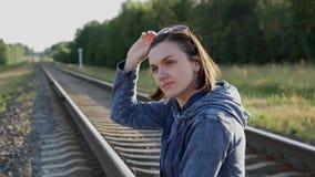 Het meisje op de spoorweg! stock footage