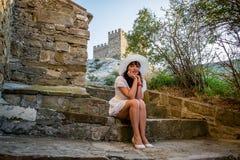 Het meisje op de stappen van de vesting royalty-vrije stock foto's