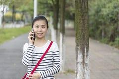 Het meisje is op de telefoon Royalty-vrije Stock Fotografie