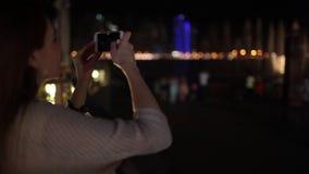 Het meisje op de telefoon de zingende fontein stock videobeelden