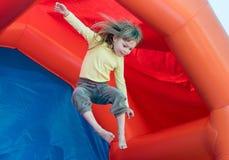 Het meisje op de trampoline Stock Fotografie