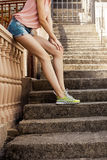 Het meisje op de treden in atletische schoenen in het uitstekende stemmen Stock Afbeelding