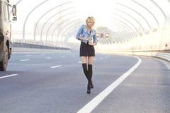 Het meisje op de weg Royalty-vrije Stock Foto's