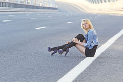 Het meisje op de weg Stock Afbeelding
