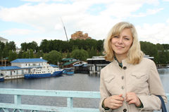 Het meisje op een achtergrond van een stadslandschap stock foto