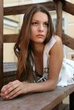 Het meisje op een bank royalty-vrije stock afbeeldingen