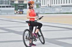 Het meisje op een bergfiets op straat, mooi portret, Geschiktheidsmeisje berijdt een moderne de bergfiets van de koolstofvezel stock foto's