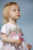 Het meisje op een blauwe achtergrond Stock Foto