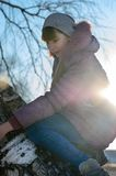 Het meisje op een boom. Royalty-vrije Stock Afbeeldingen