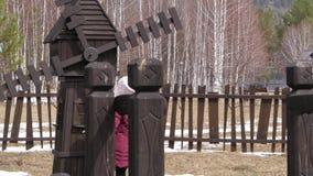 Het meisje op een gang spint het wiel van de molen Langzame Motie stock video