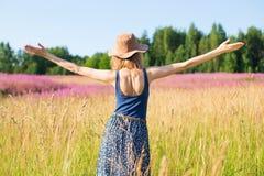 Het meisje op een gebied verheugt zich bij de zon Stock Foto's