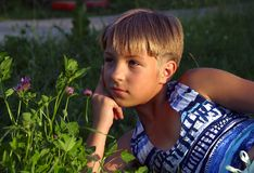 Het meisje op een gras Royalty-vrije Stock Foto's