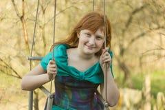 Het meisje op een schommeling Stock Fotografie