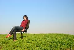 Het meisje op een stoel Stock Afbeeldingen