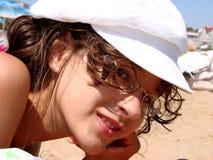 Het meisje op een zandig strand Stock Fotografie