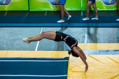 Het meisje op het acrobatische spoor Stock Afbeelding