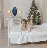 Het meisje op het bed Stock Foto's