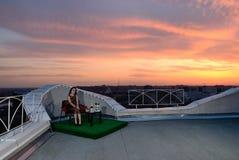Het meisje op het dak van de avondstad. Rostov-op-trek aan. Rusland Stock Foto's