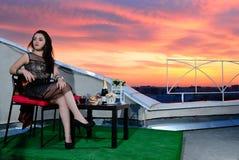 Het meisje op het dak van de avondstad. Rostov-op-trek aan. Rusland Stock Foto