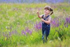 Het meisje op het gebied stock foto