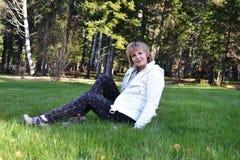 Het meisje op het gras Royalty-vrije Stock Afbeeldingen