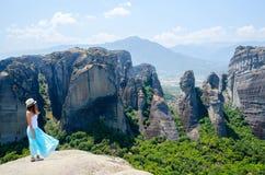 Het meisje op het het bekijken platform in Meteoren (Griekenland) bewondert wedijvert Royalty-vrije Stock Foto