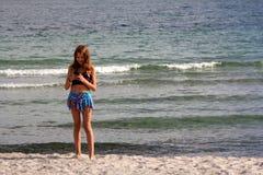Het meisje op het overzeese strand Royalty-vrije Stock Foto
