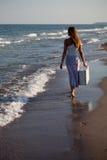Het meisje is op het strand Stock Foto's
