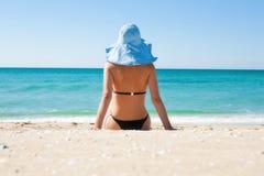 Het meisje op het strand Stock Foto's