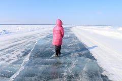 Het meisje op ijs Stock Afbeelding
