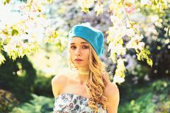 Het meisje op kalm gezicht, teder blonde dichtbij sakura bloeit, aardachtergrond Frans stijlconcept De dame draagt kleding en bla stock afbeeldingen