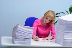 Het meisje op kantoor werpt een document Stock Afbeeldingen