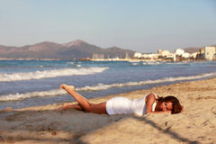 Het meisje op kustlijn Stock Fotografie
